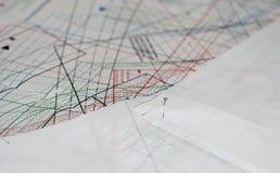 Het vindende document met naald die op de naaiende tekening leggen Stock Fotografie