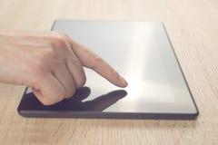 Het vinger dringende toich scherm van digitale tablet Royalty-vrije Stock Foto's