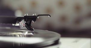 Het vinylverslag spinnen op een draaischijf met wapen en naald, close-up zijaanzicht, onduidelijk beeld stock video