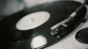 Het vinylverslag spinnen op uitstekende fonograaf, het oude muziek spelen bij retro partij stock videobeelden