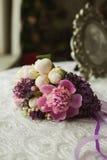 Het violette boeket van de huwelijkslente van bruid op lijst Royalty-vrije Stock Fotografie