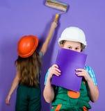 Het viooltje is mijn favoriete kleur De vernieuwing van kinderenzusters hun ruimte Het proces van de controlevernieuwing Jonge ge stock afbeeldingen