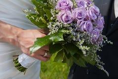 Het viooltje van het huwelijksboeket nam toe Stock Afbeeldingen