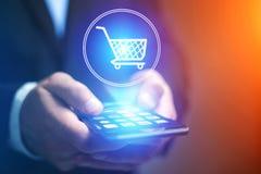 Het virtuele karretje uitgaan van een smartphone - het winkelen online conc stock afbeelding