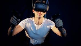 Het virtuele proces van het werkelijkheidsgokken van een jonge mens in speciaal materiaal stock footage