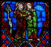 Het Visitation-Gebrandschilderde glas in Kathedraal van Reizen, Frankrijk Royalty-vrije Stock Afbeeldingen