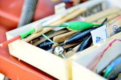 Het vistuig en de toestellen zijn in een houten doos, haken, vlotters, ladingen stock afbeeldingen