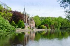 Het Vlaamse stijl de bouw nadenken in Minnewater-meer stock afbeelding
