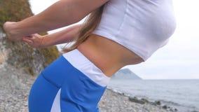 Het vlakke buikmeisje tijdens ademhaling oefent bodyflex uit De mening van het buikclose-up stock afbeeldingen