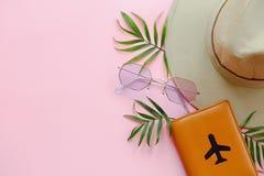 Het vlakke concept van de de zomervakantie, legt met ruimte voor tekst paspoort Stock Afbeeldingen
