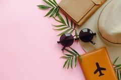 Het vlakke concept van de de zomervakantie, legt met ruimte voor tekst paspoort Stock Fotografie