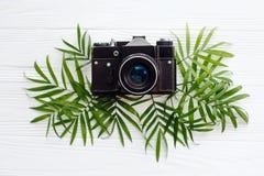 het vlakke concept van de de zomervakantie, legt modieuze zwarte oude foto camer Stock Fotografie