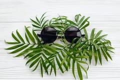het vlakke concept van de de zomervakantie, legt modieuze zwarte zonnebril op g Royalty-vrije Stock Foto's