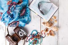 Het vlakke concept van de de zomervakantie, legt op witte lijst Royalty-vrije Stock Afbeeldingen