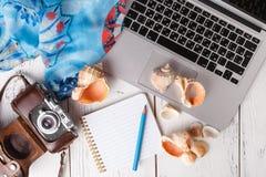 Het vlakke concept van de de zomervakantie, legt op witte lijst Stock Fotografie