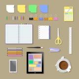 Het vlakke milieu, de hulpmiddelen en de hoofdzaak van de bureauwerkplaats divers Stock Afbeeldingen