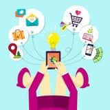 Het vlakke ontwerp van vrouw houdt mobiel apparaat Stock Afbeelding