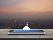 Het vlakke pictogram van de restaurantglazen kap op het moderne slimme telefoonscherm op hout Stock Fotografie