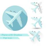 Het vlakke voorwerp van het vliegtuigpictogram op wit met lang ovaal stelt a in de schaduw Royalty-vrije Stock Afbeelding