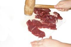 Het Vlees dat van het rundvlees voor het Braden voorbereidingen treft Stock Foto's
