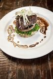 Het vlees en de salade mengden hete hamburger stock foto