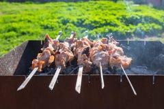 Het vlees is gebraden op vleespennen op de grill Royalty-vrije Stock Afbeeldingen