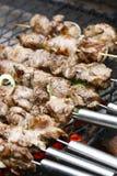 Het vlees van de barbecue bij de grill Stock Afbeelding