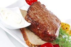 Het vlees van de grill op brood Stock Fotografie