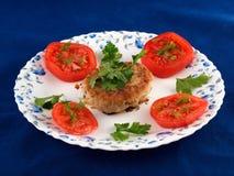 Het vlees van de karbonade met tomaten en kruiden Stock Afbeelding