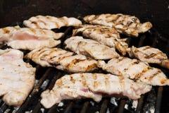 Het vlees van de kip op de grill Stock Afbeeldingen