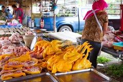 Het vlees van de kip op de lokale markt in LAK Khao Stock Afbeeldingen