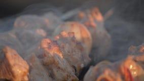Het vlees van de mensenkok op vleespennen Het geroosterde vlees van de mensenhand draaien op mangal Kokend picknickvoedsel Contro