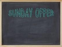 Het vlees van de zondagaanbieding op een bord wordt geschreven dat Stock Foto