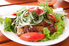 Het vlees van Glilled met tomaten en sla Royalty-vrije Stock Afbeelding