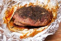 Het vlees van het braadstuk in folie Royalty-vrije Stock Foto's