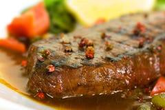 Het vlees van het Lapje vlees van New York op Groene Salade, Rode Klok Peppe Royalty-vrije Stock Afbeeldingen