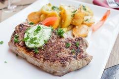 Het vlees van het lapje vleesrundvlees met tomaat en frieten Stock Fotografie