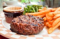 Het vlees van het lapje vleesrundvlees met tomaat en frieten stock foto's