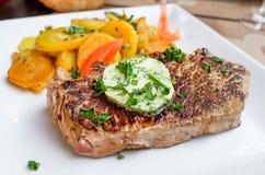 Het vlees van het lapje vleesrundvlees met tomaat en frieten Stock Foto
