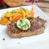 Het vlees van het lapje vleesrundvlees met tomaat en frieten Royalty-vrije Stock Afbeeldingen