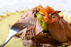Het vlees van het rundvlees met tomaten en greens op een plaat Royalty-vrije Stock Afbeelding