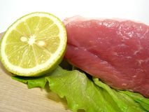 Het vlees van het varken met salade en citroen Royalty-vrije Stock Fotografie