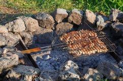 Het vlees van Turkije wordt voorbereid in openlucht op de grill van stenen Royalty-vrije Stock Fotografie