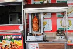 Het vlees wordt voorbereid in een speciaal apparaat in een straatkoffie Alanya, Turkije in Juli, 2017 Royalty-vrije Stock Foto's