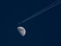 Het vliegen aan de maan Royalty-vrije Stock Foto's