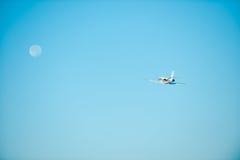 Het vliegen aan de maan Stock Afbeeldingen