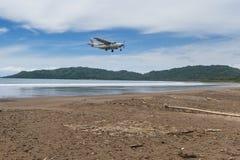 Het vliegen aan het strand Royalty-vrije Stock Afbeeldingen