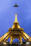 Het vliegen aan Parijs Royalty-vrije Stock Afbeeldingen