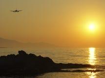 Het vliegen aan zonsondergang Royalty-vrije Stock Fotografie