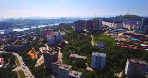 Het vliegen achteruit boven het woondistrict van Vladivostok Lucht Mening Rusland stock footage